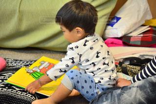 子ども,屋内,本,読書,人物,人,座る,幼児,少年,若い,少し