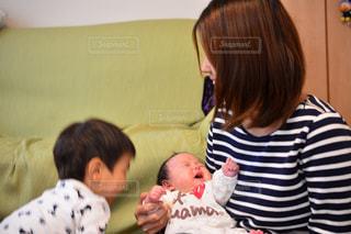 赤ん坊を抱える女性 - No.740836