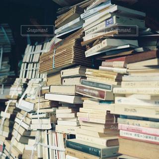 書店の棚の横にある新聞のスタックの写真・画像素材[751789]