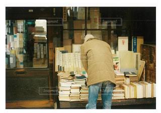 店の前に立っている男 - No.751790