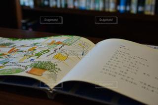 テーブルの上の本 - No.751795