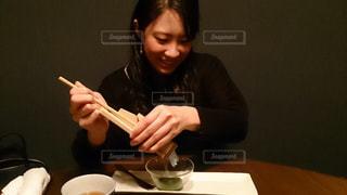 ナイフでテーブルに座っている女性の写真・画像素材[751803]