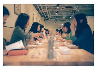 テーブルに座っている人々 のグループ - No.751805