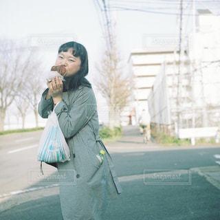 携帯電話で話しながら通りを歩いて女性 - No.751806