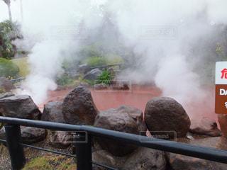 それから出てくる煙とトラックの蒸気機関車の写真・画像素材[752751]