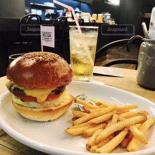 サンドイッチと皿にフライド ポテト - No.753144