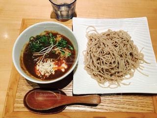 テーブルにあるスープのボウルの写真・画像素材[753187]