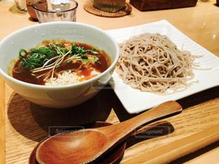 テーブルの上に食べ物のボウルの写真・画像素材[753189]