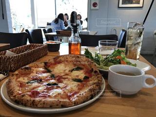 テーブルの上に座ってピザ - No.753218