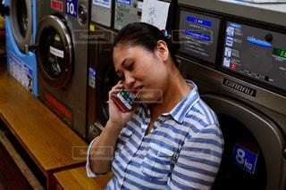 近くに携帯電話で話している人のの写真・画像素材[773524]