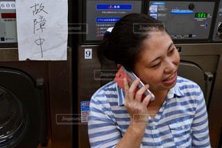 携帯電話で話す人の写真・画像素材[773529]