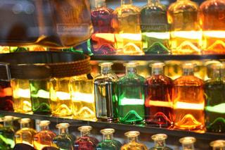 ワインのボトルとガラスの陳列ケースの写真・画像素材[781407]