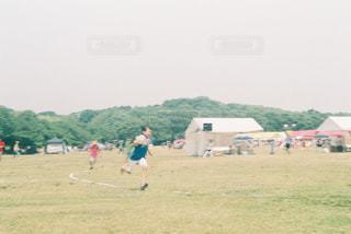 フィールドに凧の飛行の人々 のグループの写真・画像素材[781466]