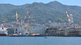 背景の山と水体の大型船の写真・画像素材[781511]