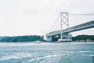 水の体の上を橋を渡る列車 - No.781528