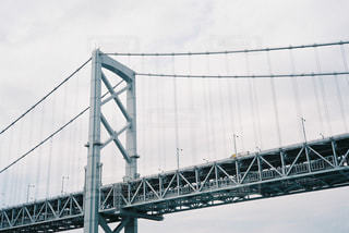 水の体の上を橋を渡る列車の写真・画像素材[781529]
