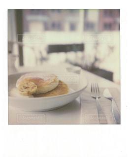 テーブルの上に食べ物のプレートの写真・画像素材[804898]