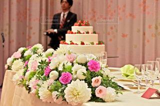 テーブルの上の花の花瓶の写真・画像素材[807850]