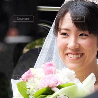 カメラに向かって笑みを浮かべて少女 - No.807851