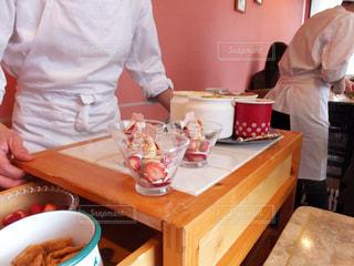 テーブルの上にボウルに食糧を準備する人々 のグループの写真・画像素材[807939]