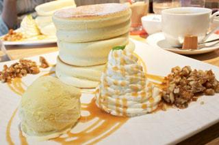 テーブルの上のケーキのスライスを皿の料理 - No.807951