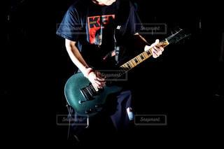 ギターを抱えて男 - No.807987