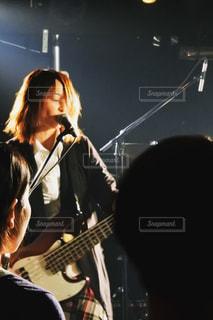 ギターの前に立っている女性 - No.808003
