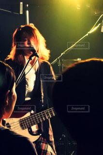ステージに立っている女性 - No.808005