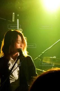 ステージに立っている女性 - No.808007