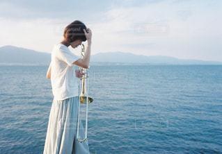 水の体の横に立っている人 - No.808040