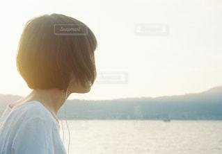 水の体の前に立っている男の写真・画像素材[808042]
