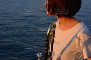 水の体の横に立っている人の写真・画像素材[808071]