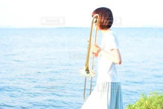 水の体の前に立っている男の写真・画像素材[808088]