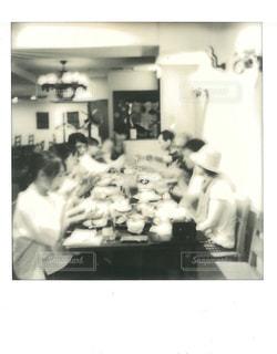 カウンターで実行する人々 のグループの写真・画像素材[813924]