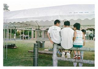 ベンチの周りに立って人々 のグループの写真・画像素材[819590]
