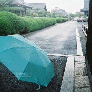 道路の脇に座っている傘の写真・画像素材[819608]