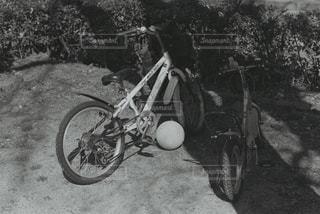 れんが造りの壁の横に自転車を駐車します。の写真・画像素材[819648]
