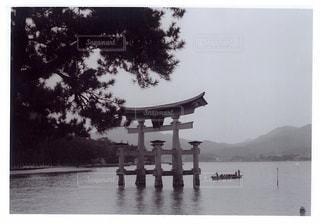 水の体の横に立っている人のグループの写真・画像素材[819652]