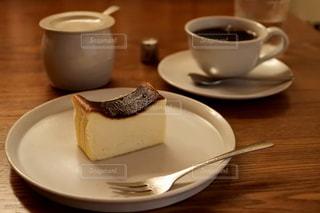 テーブルの上のコーヒー カップとプレートの写真・画像素材[821537]
