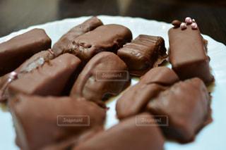 近くのケーキをチョコレートで覆われています。 - No.851892