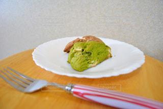 フォークで食べ物の皿の写真・画像素材[851904]