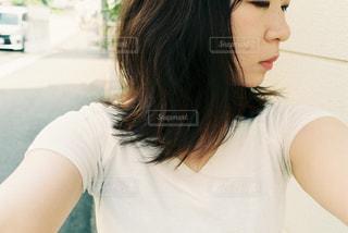 白いシャツの女の写真・画像素材[855638]