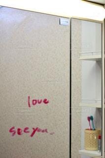 ドアの横に座っている白い冷蔵庫冷凍庫の写真・画像素材[855901]