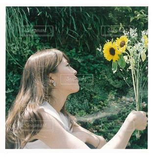 黄色の花の女性の写真・画像素材[856774]