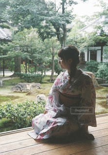 ベンチに座っている女の子 - No.856784
