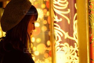 カメラにポーズ鏡の前に立っている人の写真・画像素材[856785]
