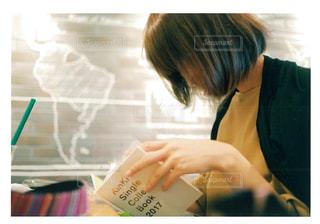 ノート パソコンを探している女性 - No.856787