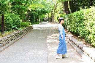 歩道に立っている人の写真・画像素材[856796]