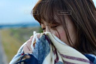 近くに携帯電話で話している人のの写真・画像素材[888467]