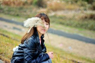 人が草の中を歩いての写真・画像素材[888475]